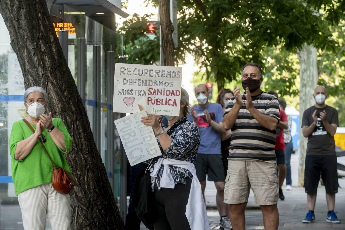 Manifestación por la sanidad pública frente a un centro de salud en Madrid (Foto: José Luis Pindado)