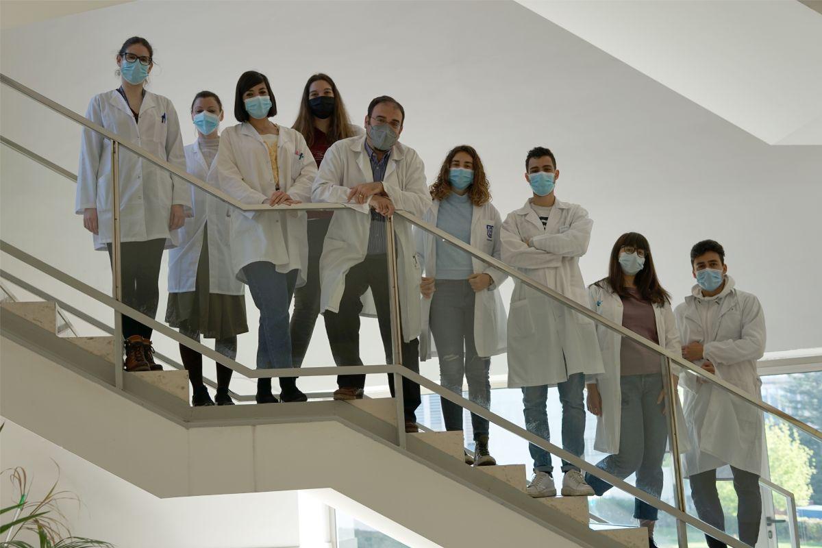 Manuel Fuentes, en el centro de la imagen, con el equipo del Centro del Cáncer de Salamanca que ha realizado la investigación. FOTO: USAL.