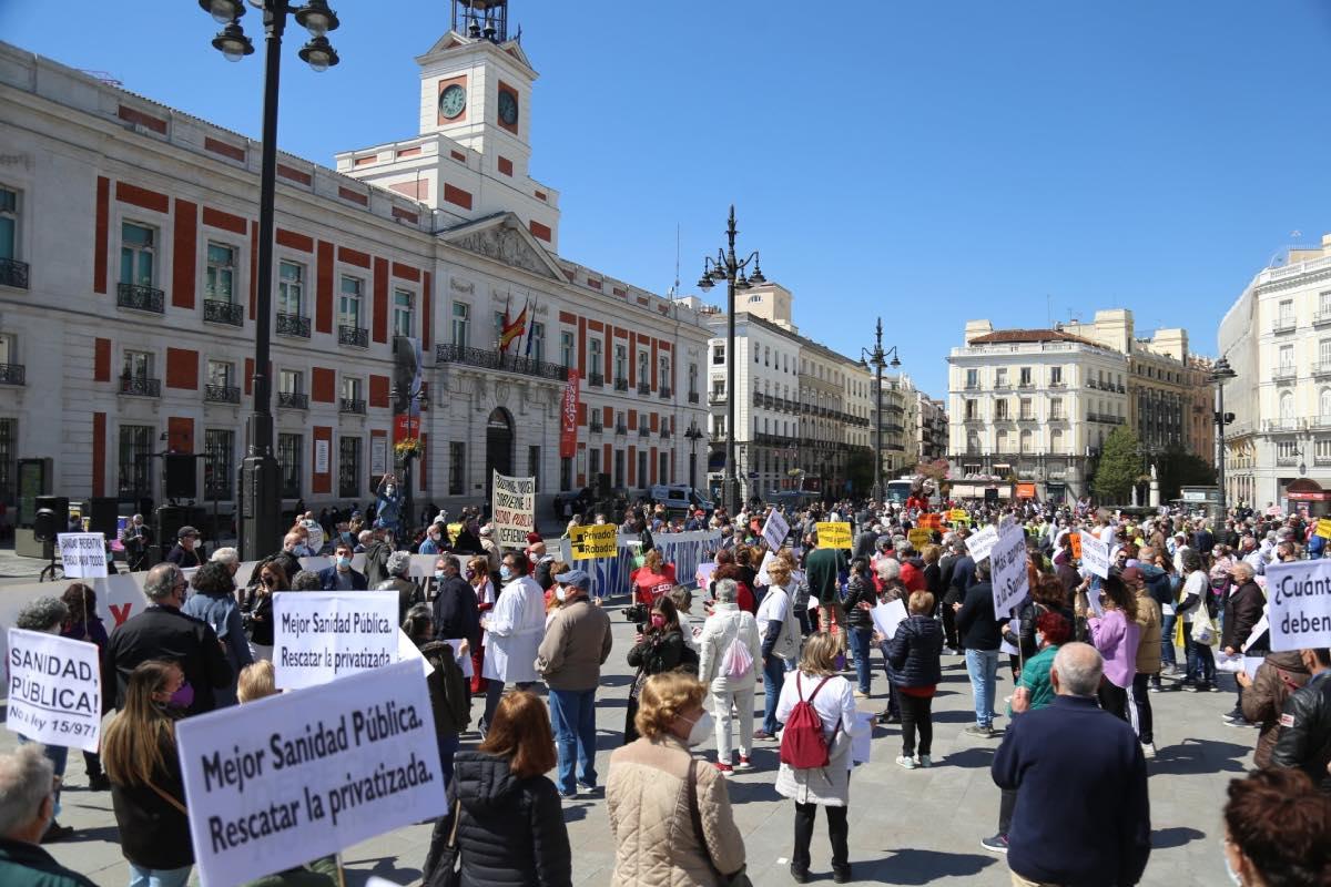 Aspecto general de la protesta convocada hoy por la 'Marea Blanca' ante la sede de la Presidencia de la Comunidad de Madrid, en la Puerta del Sol.