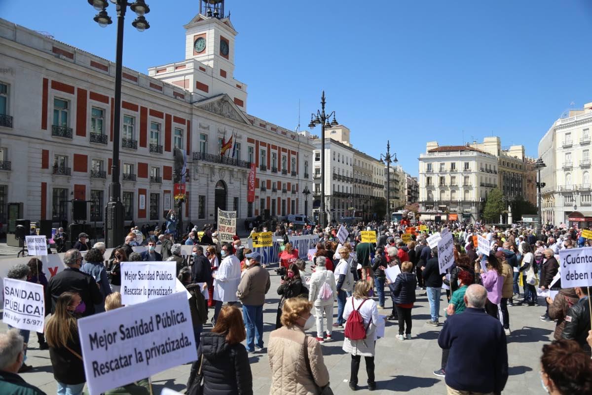 Aspecto general de la protesta convocada por la 'Marea Blanca' ante la sede de la Presidencia de la Comunidad de Madrid.