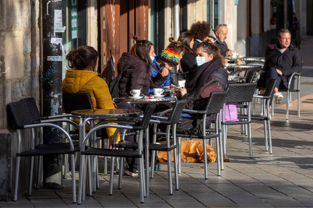 Personas tomando un café en una terraza de Vitoria (Foto: EFE/David Aguilar)