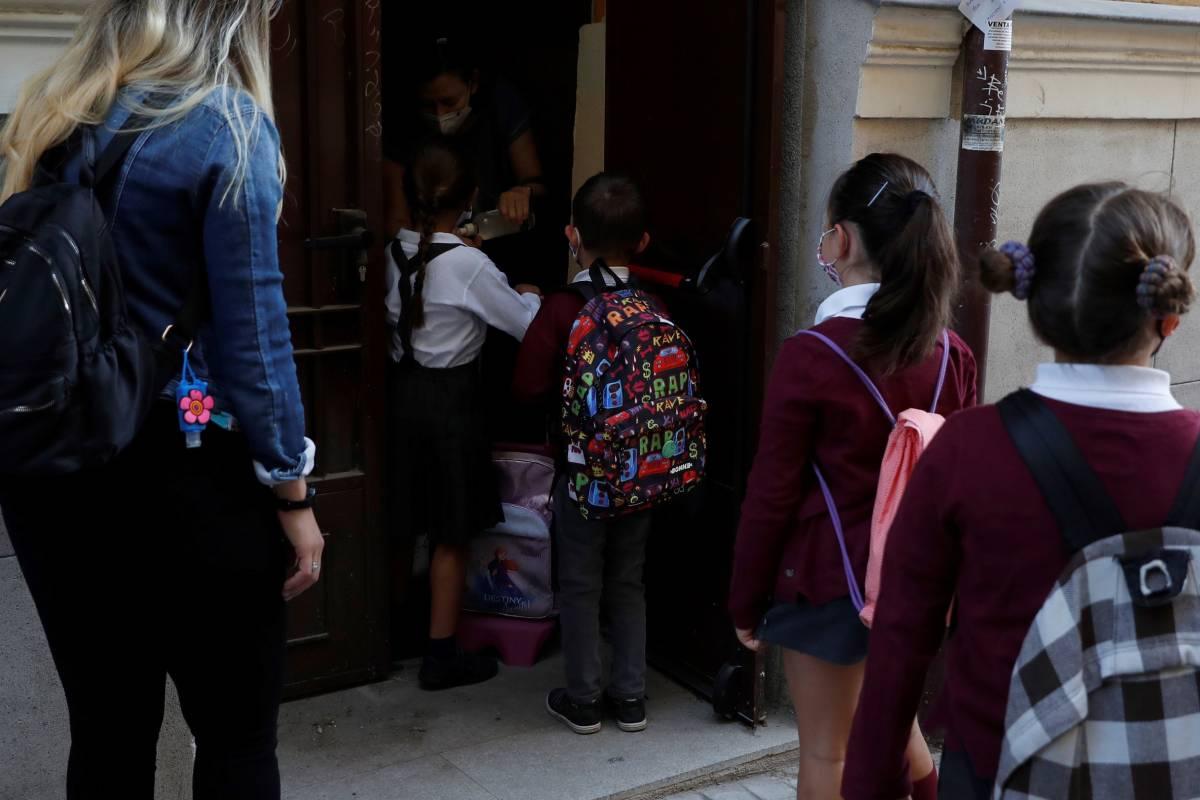 Unos niños entrando en fila al colegio (Foto: EFE/J.J.Guillén)