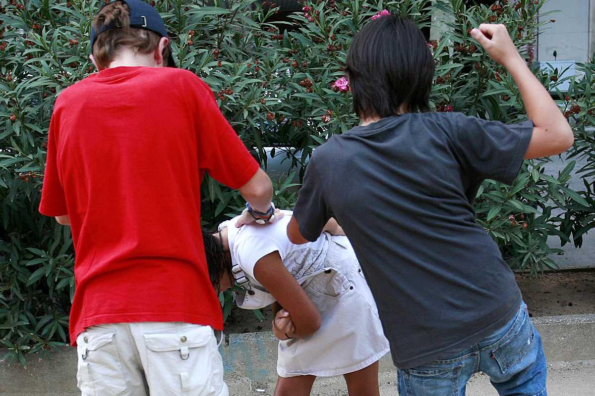 La exposición fetal humo de tabaco y de tráfico rodado podría explicar actitudes violentas en la infancia.