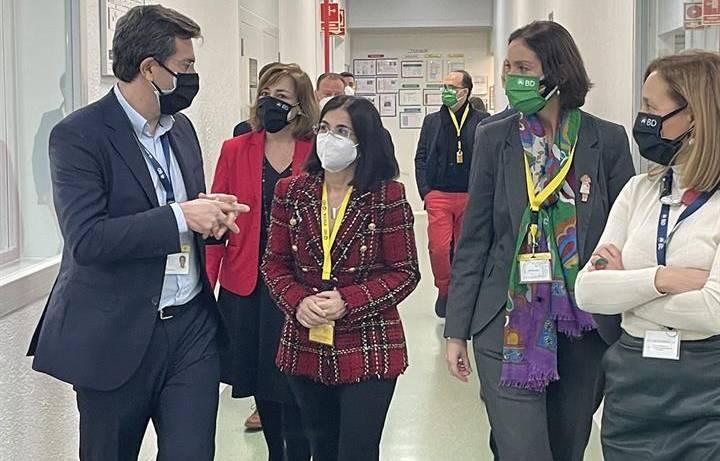 La ministra de Sanidad, Carolina Darias, y de Industria, Reyes Maroto, visitando en febrero la planta de BD en San Agustín de Guadalix (Madrid), seguidas por Lourdes López, la directora general de BD en España y Portugal./Ministerio de Sanidad.