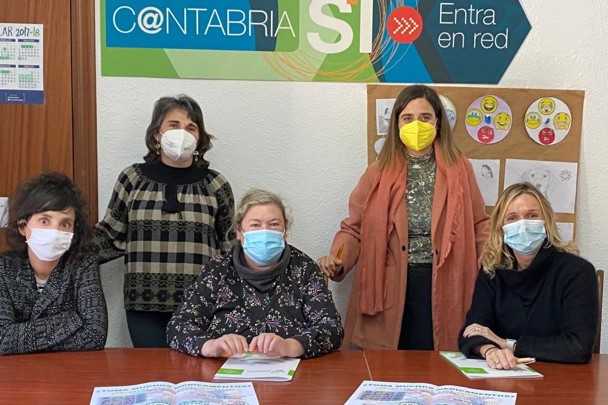 La trabajadora social de Los Tojos (Cantabria); la farmacéutica titular de Ruente, María Soledad Herrero; la alcaldesa de Los Tojos, Maria Belén Ceballos; la farmacéutica titular de Cabuérniga, Ruth Calvo, y la presidenta del COF de Cantabria, Rita de la Plaza.