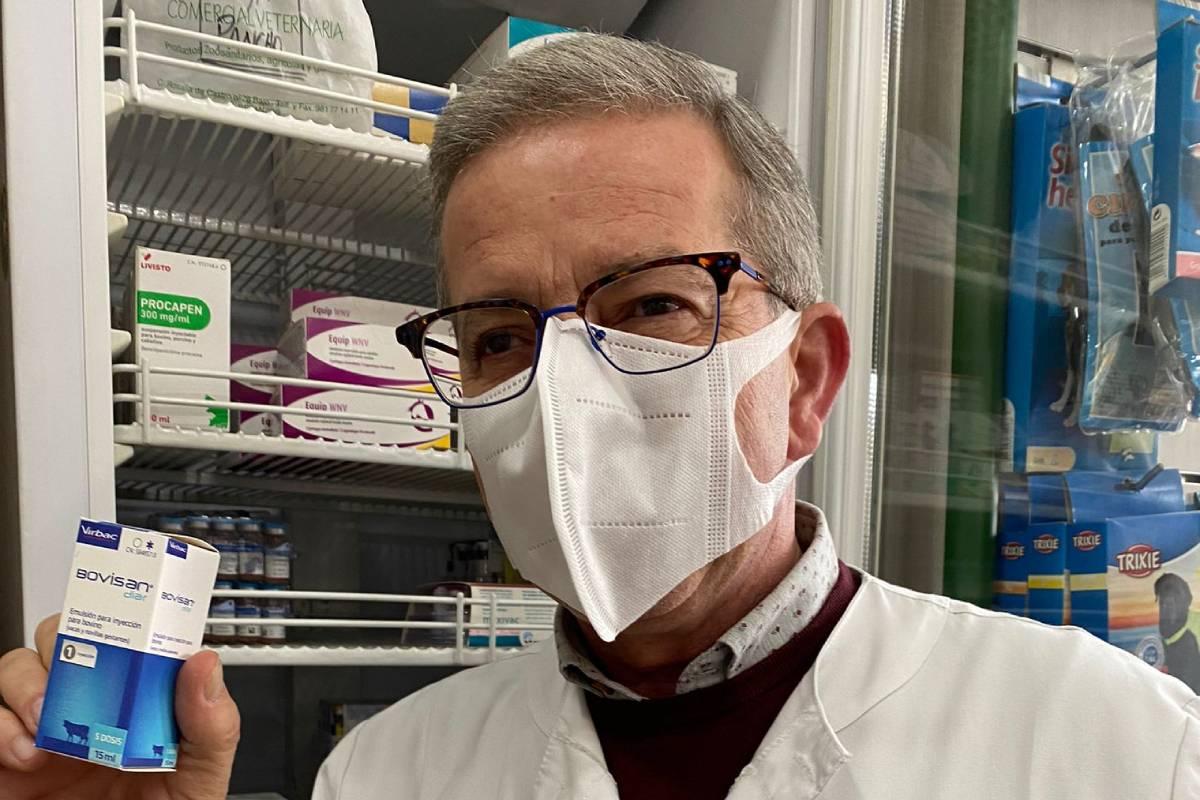 Nicolás Brigofarma, farmacéutico veterinario en Betanzos (La Coruña), con una vacuna de coronavirus para vaca.