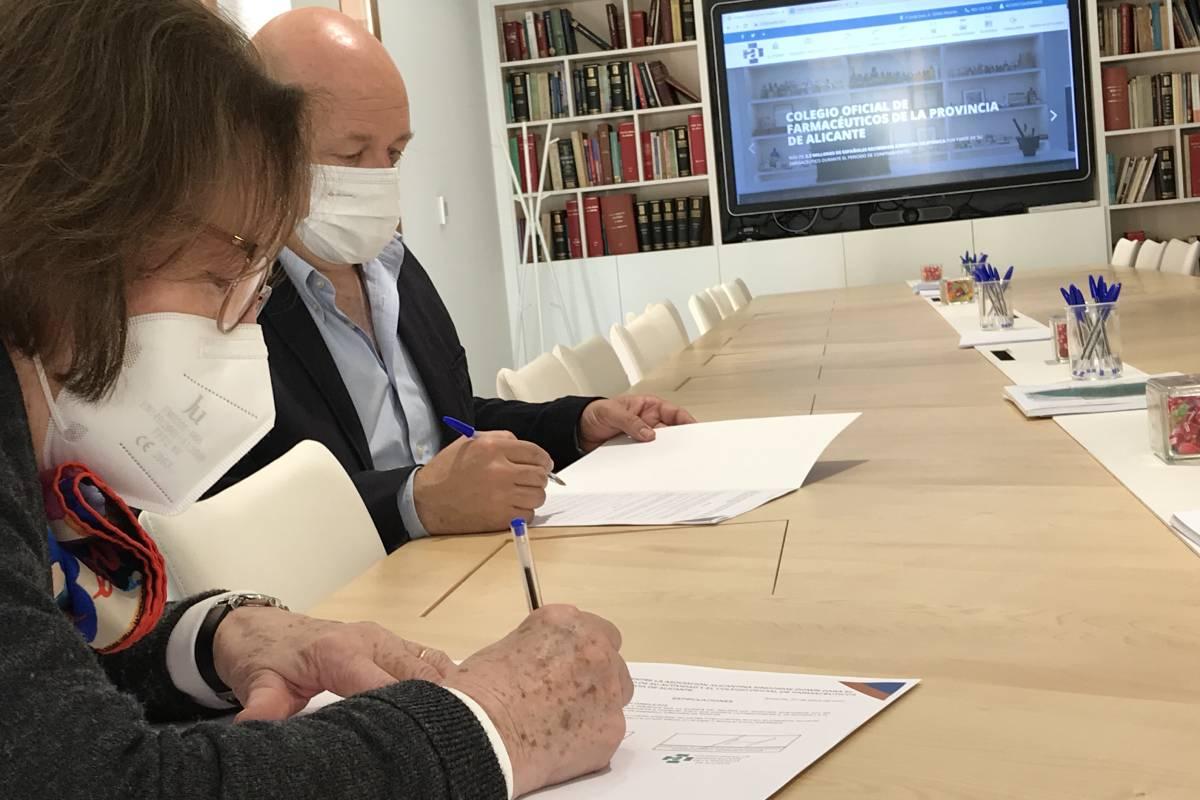 Maria Victoria Llano Hurtado, presidenta de la Asociación Alicantina S�ndrome de Down, y Andrés Garc�a Mongars, presidente del COF de Alicante, firmando la renovación del convenio.
