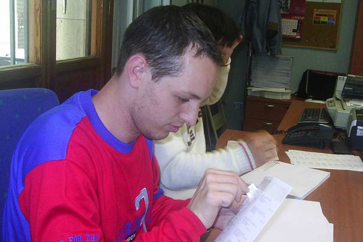 Iván Menéndez, chico con síndrome de Down, estuvo trabajando en la secretaría del COF de Alicante desde 2006 hasta 2019.
