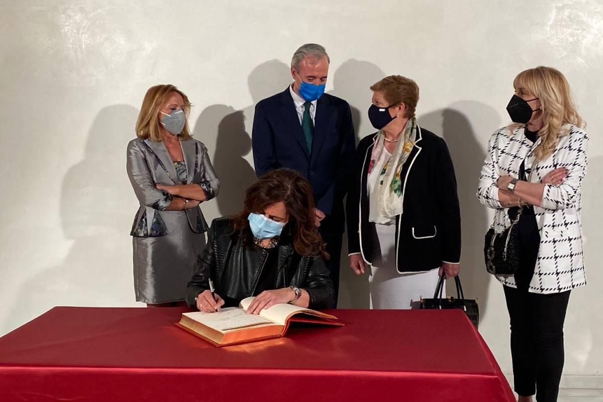 Raquel Garc�a, presidenta del COF de Zaragoza, frimando en el libro de oro.