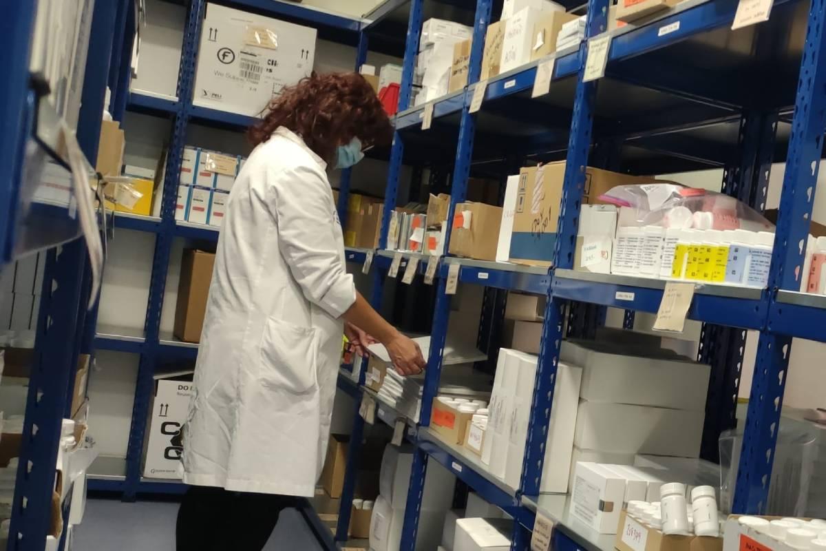 Pilar Suñé, coordinadora del grupo de trabajo de ensayos clínicos (EECC) de la SEFH, en el Hospital Valle de Hebrón.