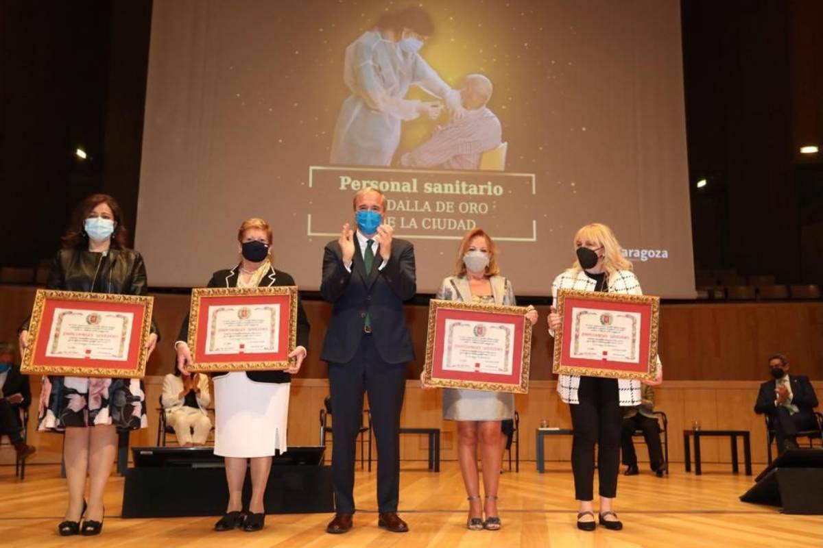 Sanitarios premiados con la Medalla de Oro por el Ayuntamiento de Zaragoza.