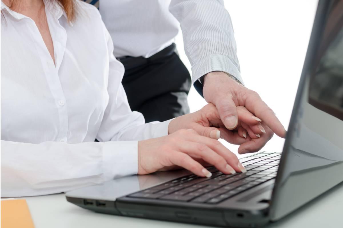 La estrategia SEO permite conseguir un posicionamiento natural y más duradero de una página web, que hacer publicidad.