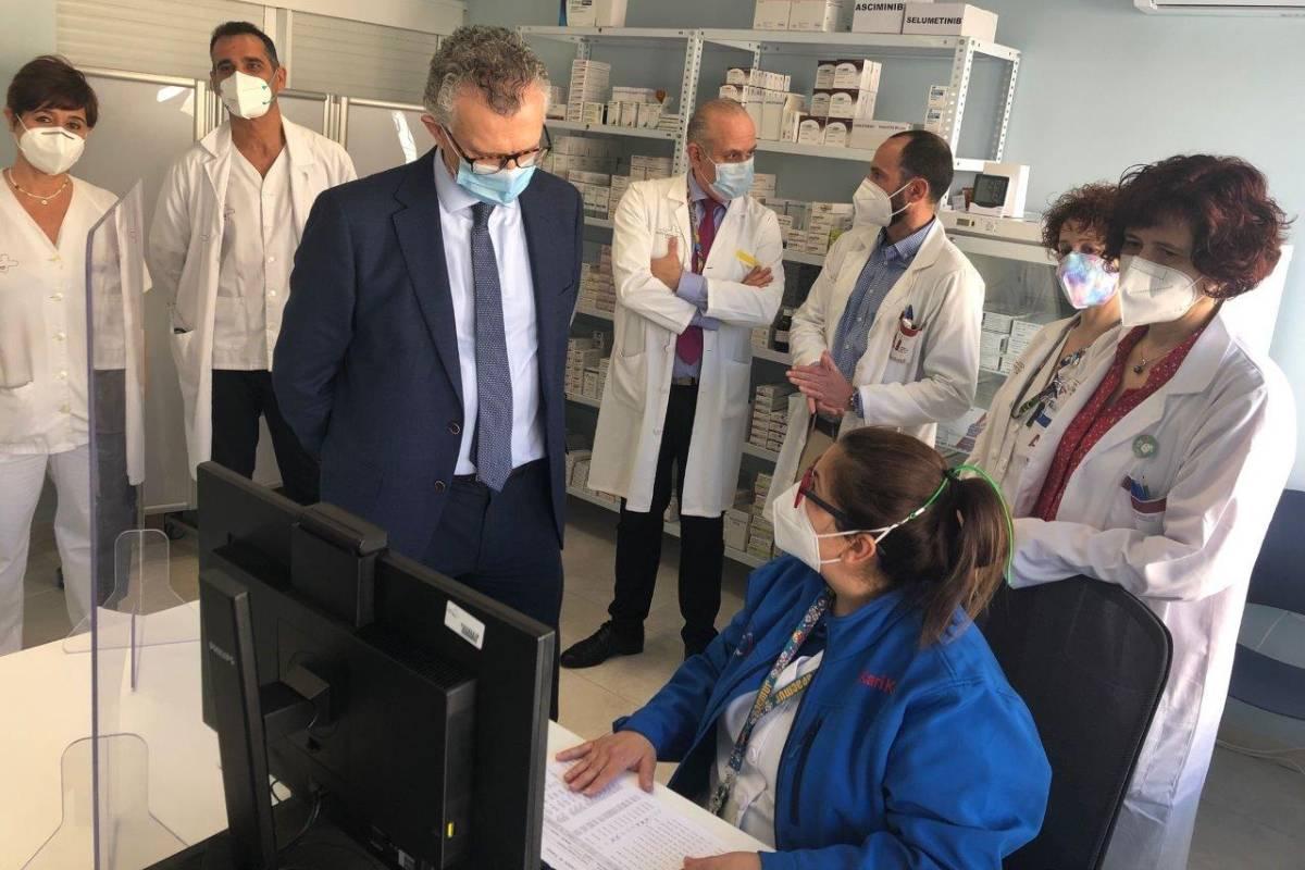 El consejero de Salud de Murcia, Juan José Pedreño, durante su visita al servicio de Farmacia del Hospital Virgen de la Arrixaca.