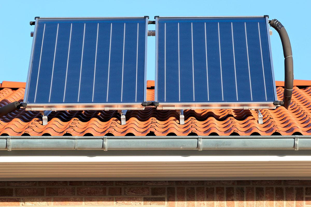 Las placas solares en las cubiertas de los edificios reducen hasta un 30% los consumos.