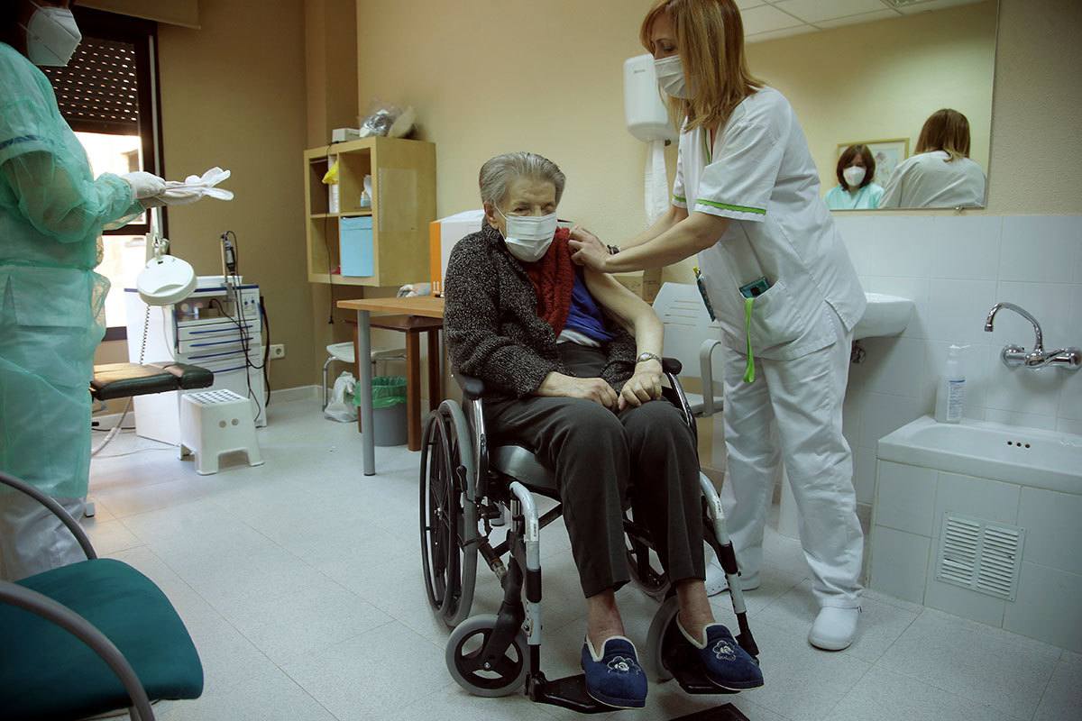 Los mayores en residencias han sido los primeros grupos de vacunados. FOTO: Javier Barbancho.