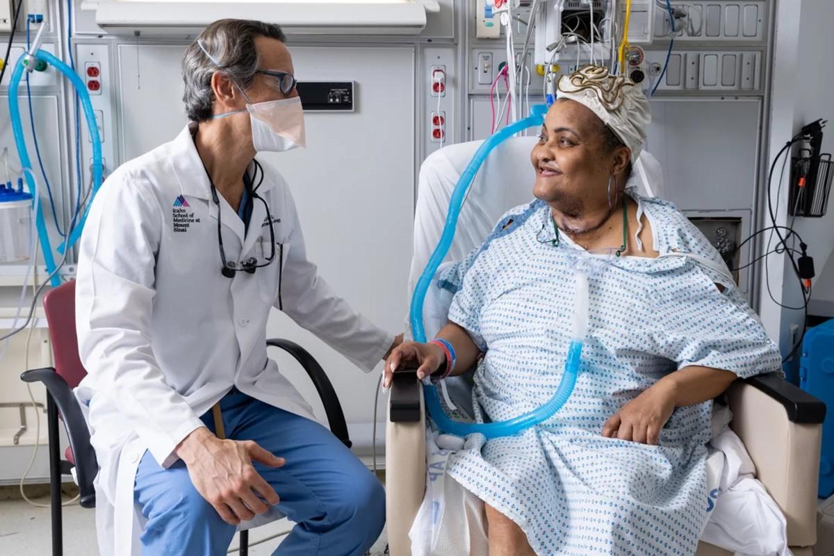 El cirujano Eric Genden con Sonia Sein, trasplantada de tráquea.