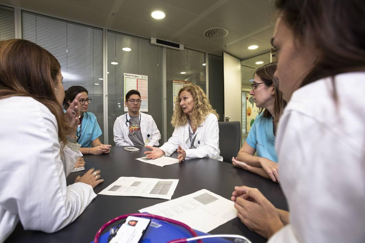 Una sesión de docencia a los MIR de Pediatría en el Hospital de Santa Creu i Sant Pau (Foto: Jaume Cosialls)