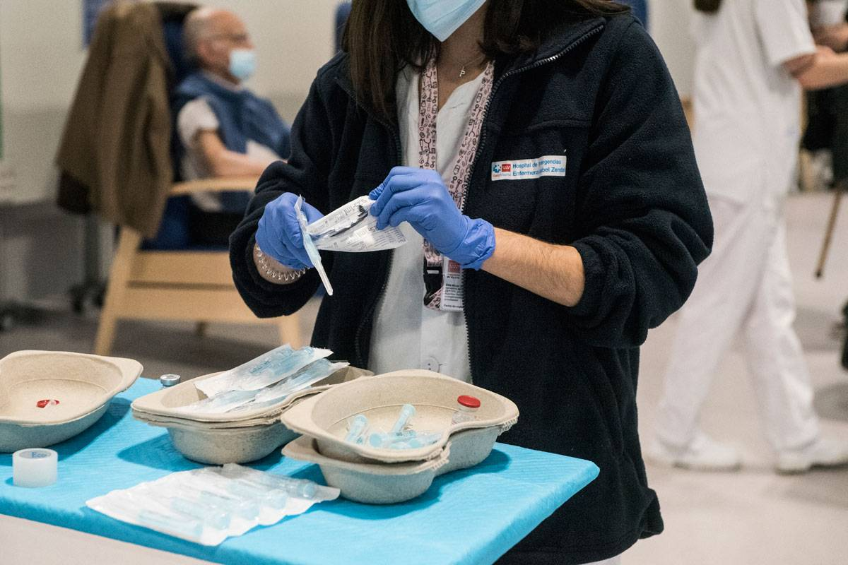 Una enfermera prepara las agujas para poner la vacuna covid de Moderna en el Hospital Isabel Zendal (Luis Camacho)