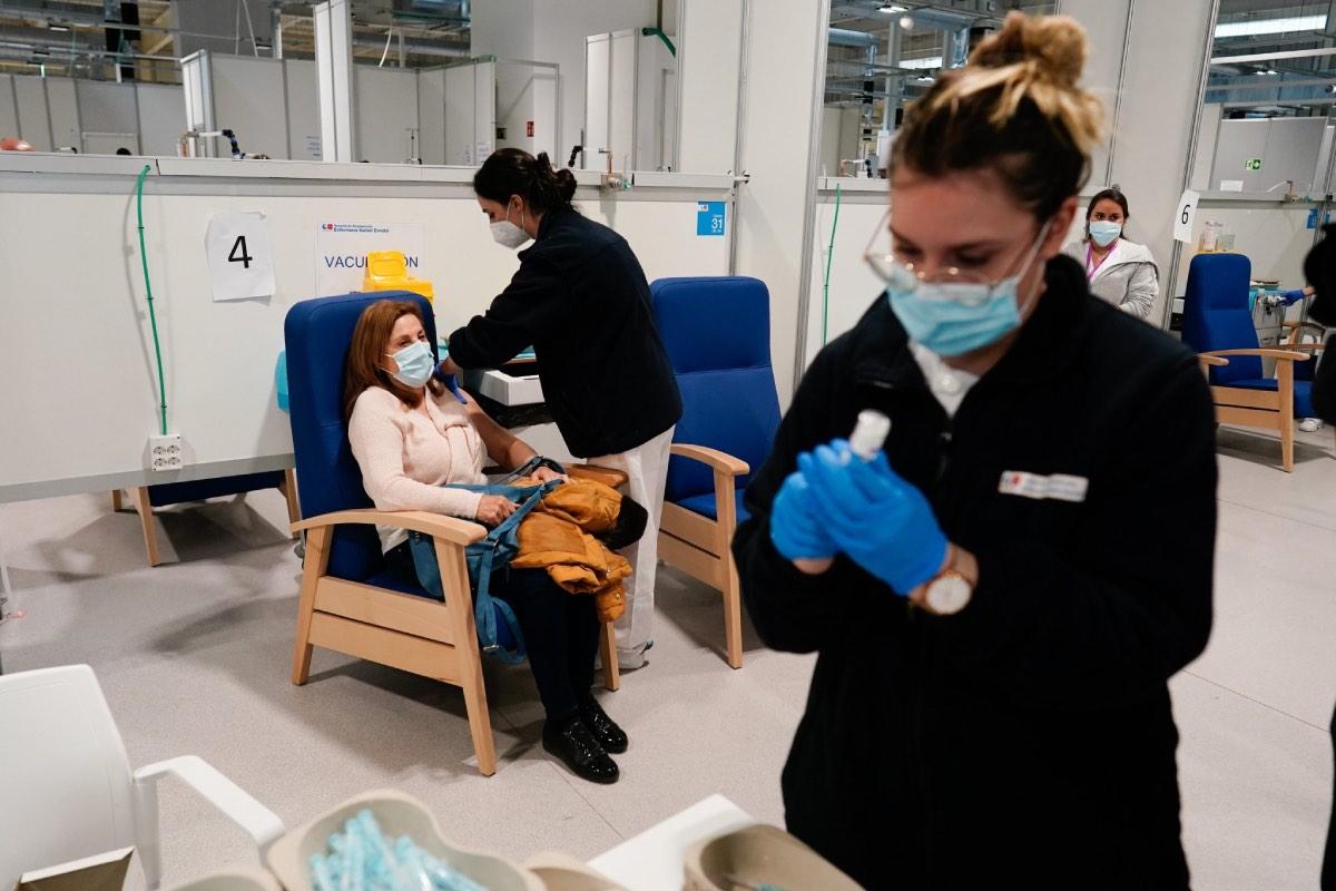 Enfermeras de Madrid durante una jornada de vacunación en el Hospital Enfermera Isabel Zendal.