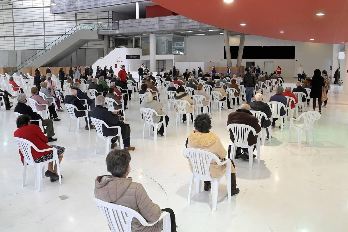 Vista de la vacunación masiva en un pabellón de Expocoruña en La Coruña. (FOTO: EFE/Moncho Fuentes).