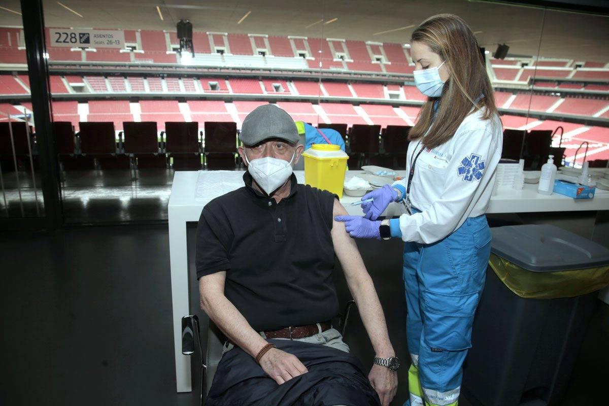 Enfermera vacunando en el Wanda-Metropolitano, en Madrid. FOTO: Javier Barbancho.