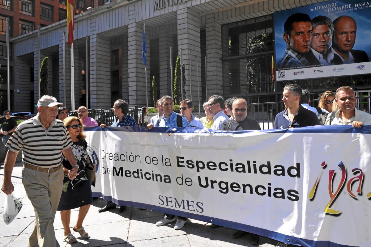 Aspecto de una de las muchas protestas convocadas por Semes frente al Ministerio de Sanidad en favor de la especialidad (FOTO: José Luis Pindado).