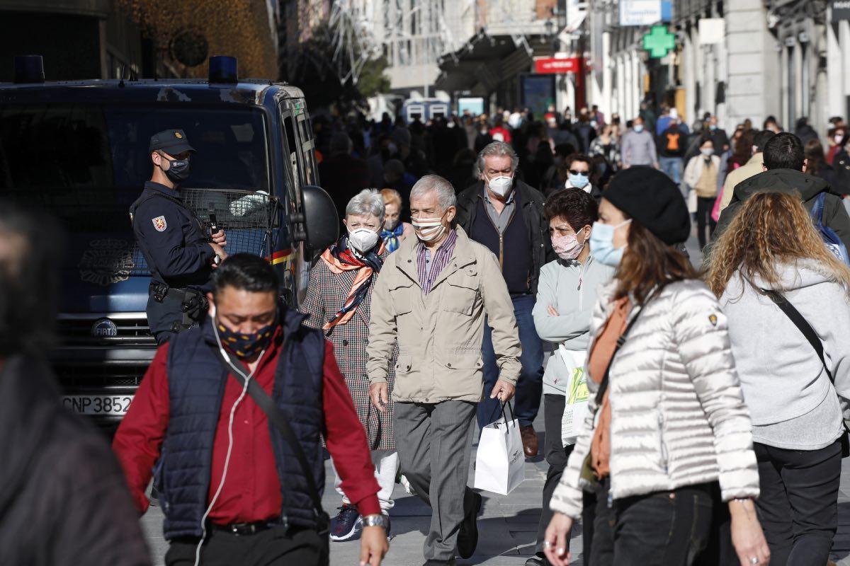 Varios ciudadanos con mascarilla pasean por una céntrica calle de Madrid (FOTO: Javi Martínez).