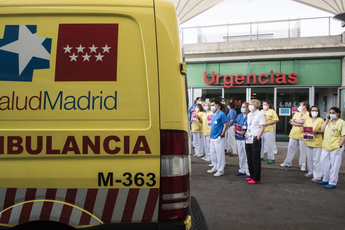 Aspecto de la concentración celebrada hoy en el Hospital Infanta Leonor, de Madrid, para reclamar la especialidad de Urgencias, y que se han repetido en todas las autonom�as (FOTO: Luis Camacho).
