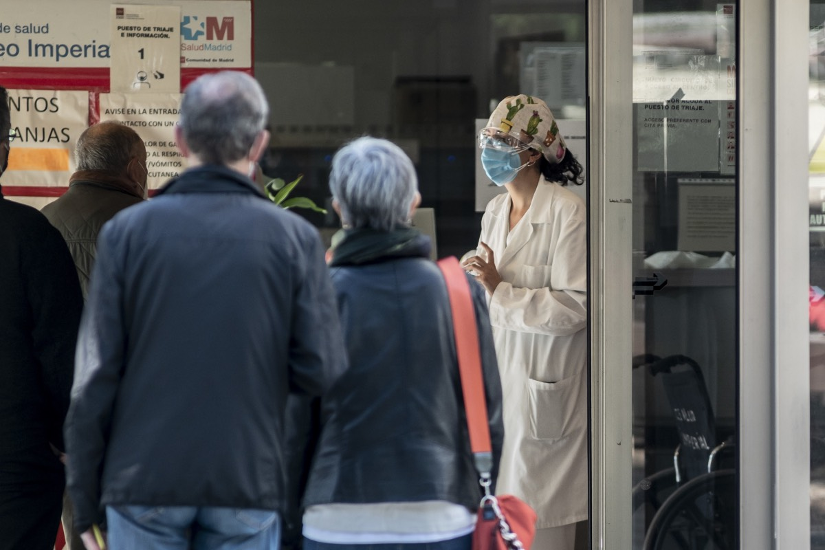 Una enfermera recibe a varios pacientes que acceden a un centro de salud de la Comunidad de Madrid (FOTO: José Luis Pindado).