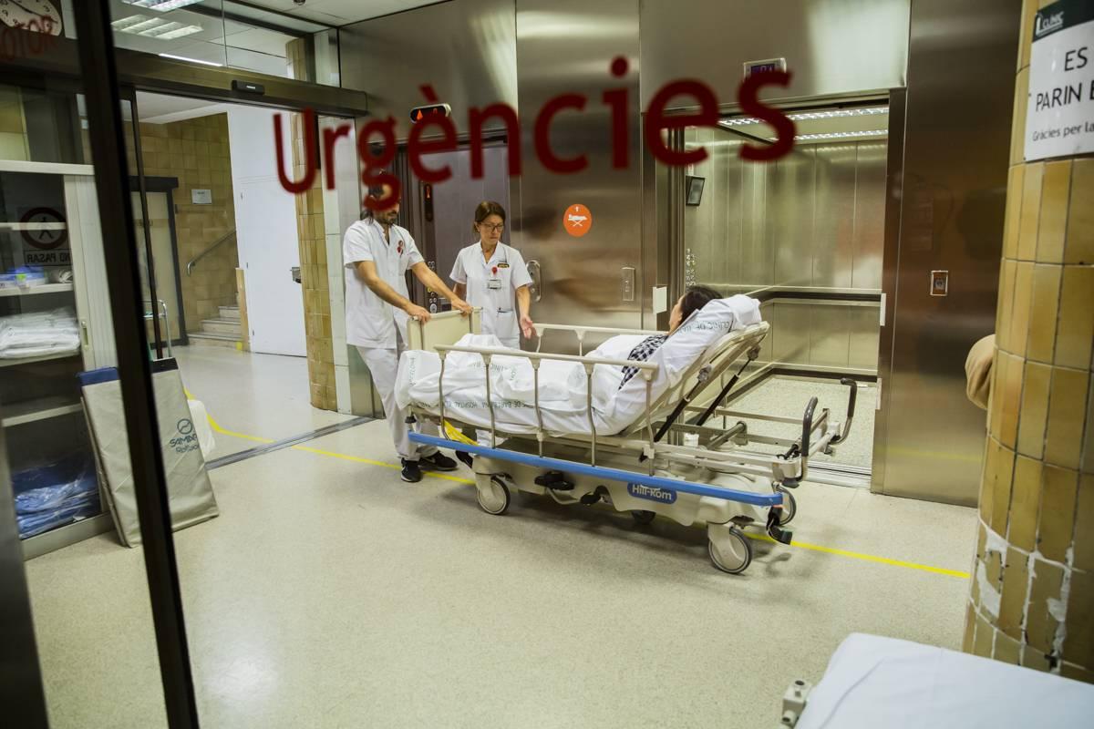 Enfermeras recibiendo a una paciente en Urgencias. FOTO: Ariadna Creus y Ángel Garc�a (Banc Imatges Infermeres).