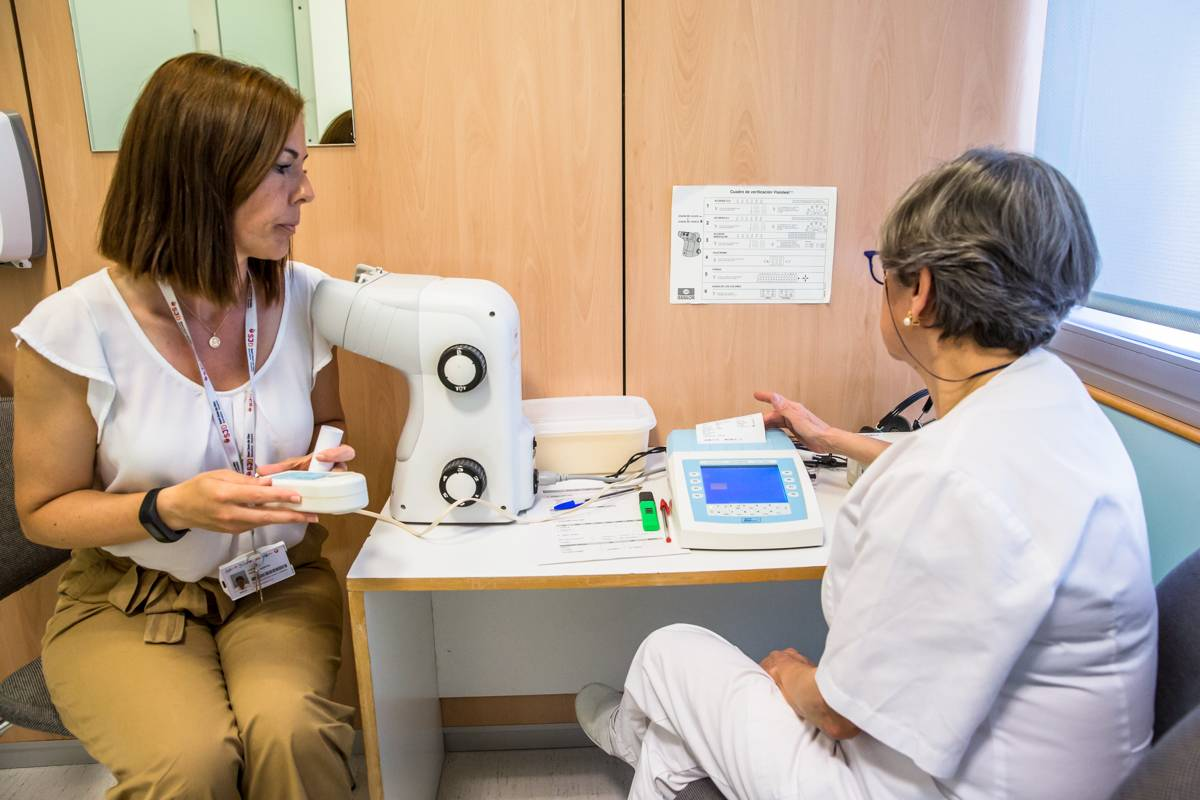 Una enfermera del Trabajo realiza una espirometr�a a una trabajadora. FOTO: Ariadna Creus y Ángel Garc�a (Banc Imatges Infermeres).