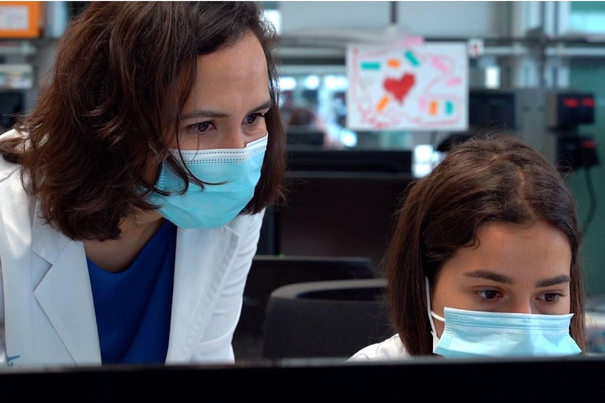 Alena Gros, a la izquierda, ha coordinado el estudio preclínico de esta terapia. FOTO: VHIO.