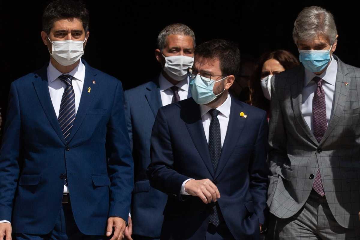 El presidente, Pere Aragonès, flanqueado por Jordi Puigneró, vicepresidente, y Josep Maria Argimon, consejero de Salud.