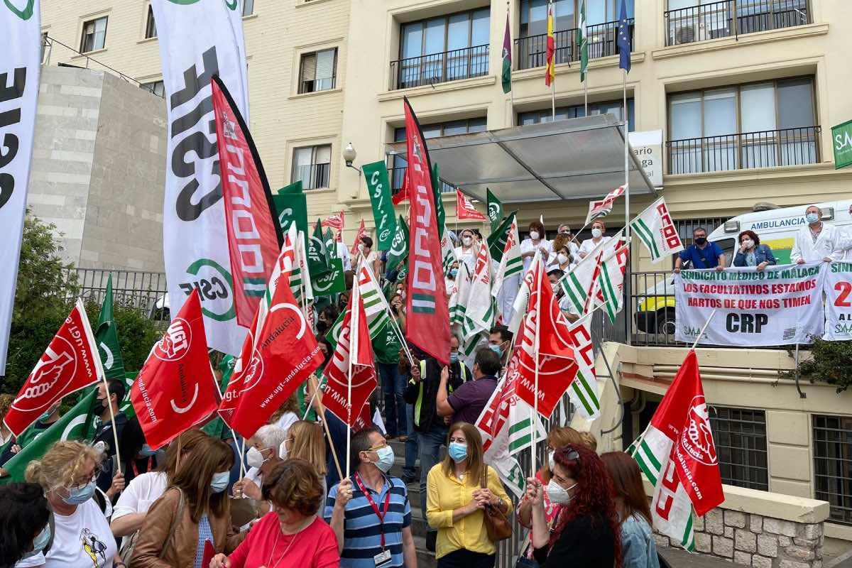 Aspecto de la concentración de protesta celebrada esta mañana a las puertas del Hospital Regional de Málaga (FOTO: FSS-CCOO).