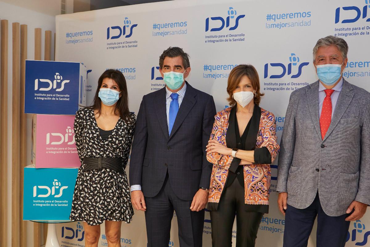 Rosa Díaz, directora general de SIGMA Dos, con Juan abarca, Marta Villanueva y Ángel de Benito, de IDIS, en la presentación de la encuesta.