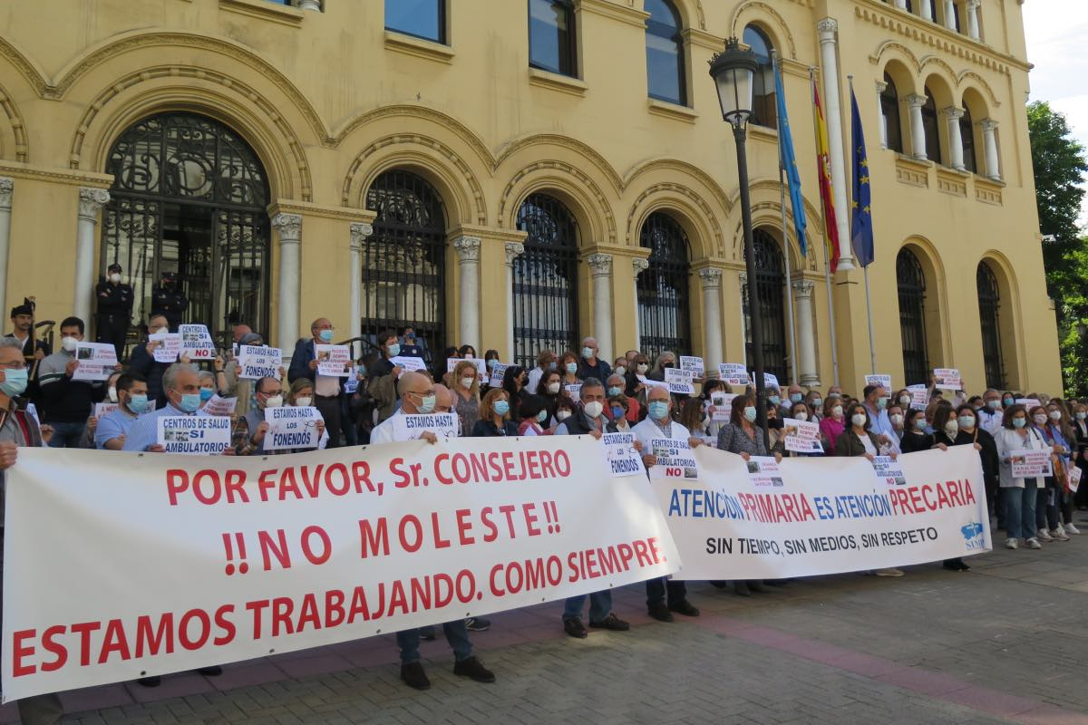 Alrededor de un centenar de médicos protestaron ayer ante la sede de la Presidencia del Principado contra la propuesta del Sespa para primaria (FOTO: Covadonga D�az).