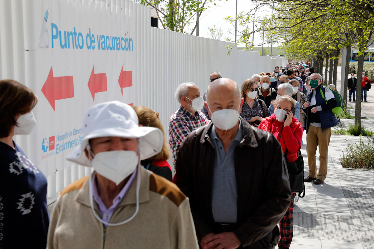 Algunas personas haciendo cola para ponerse la vacuna en Madrid.