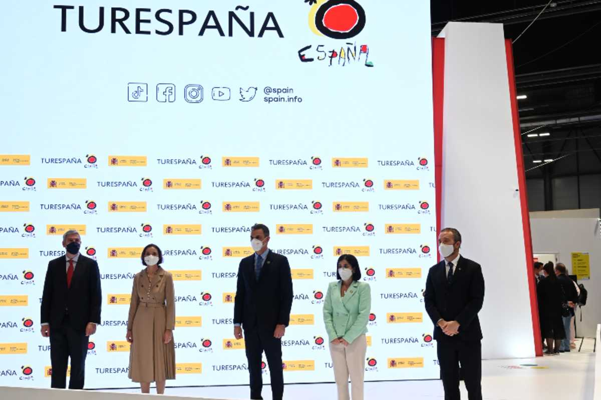 El presidente del Gobierno, Pedro Sánchez, acompañado de varios ministros, en la presentación del certificado digital covid, en Fitur.