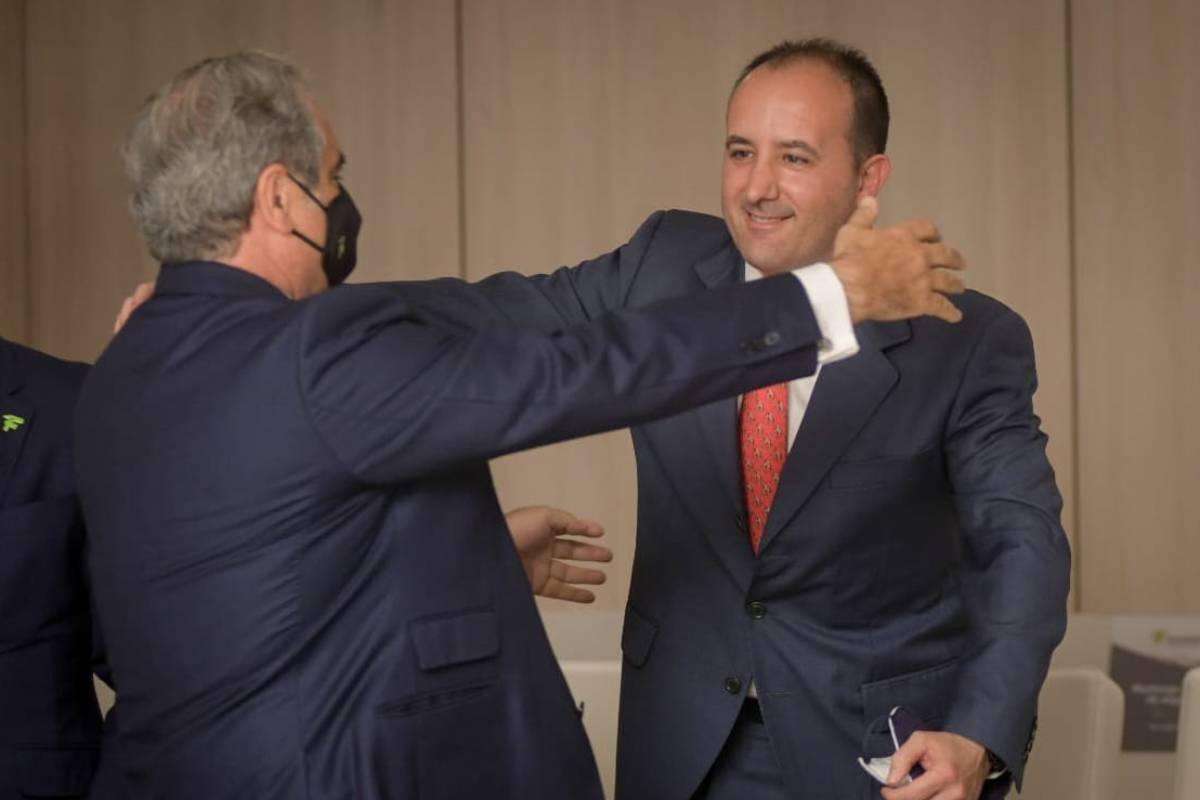 Jesús Aguilar, nuevo presidente del Consejo General de COF, saludando a Juan Enrique Garrido Olmedo, nuevo vocal nacional de farmacéuticos de oficina de farmacia.  /JL. Pindado.