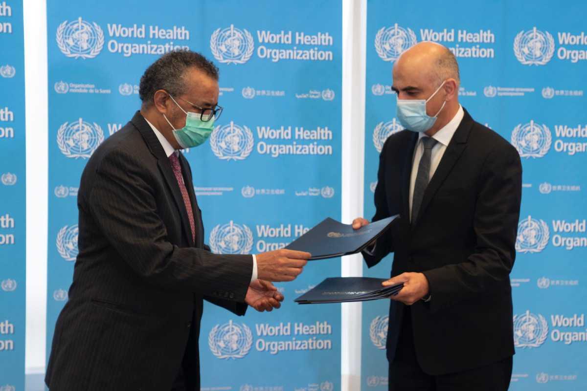 El director general de la Organización Mundial de la Salud (OMS), Tedros Adhanom Ghebreyesus, y el ministro de Salud suizo Alain Berset en la firma del acuerdo para BioHuB.