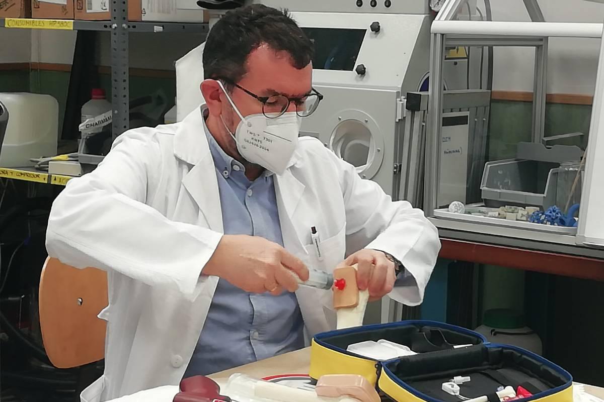 Julio de la Torre, actualmente profesor de la Universidad Pontificia Comillas y jefe de estudios en el Grado de Enfermería de la EUEF San Juan de Dios, con su patente.