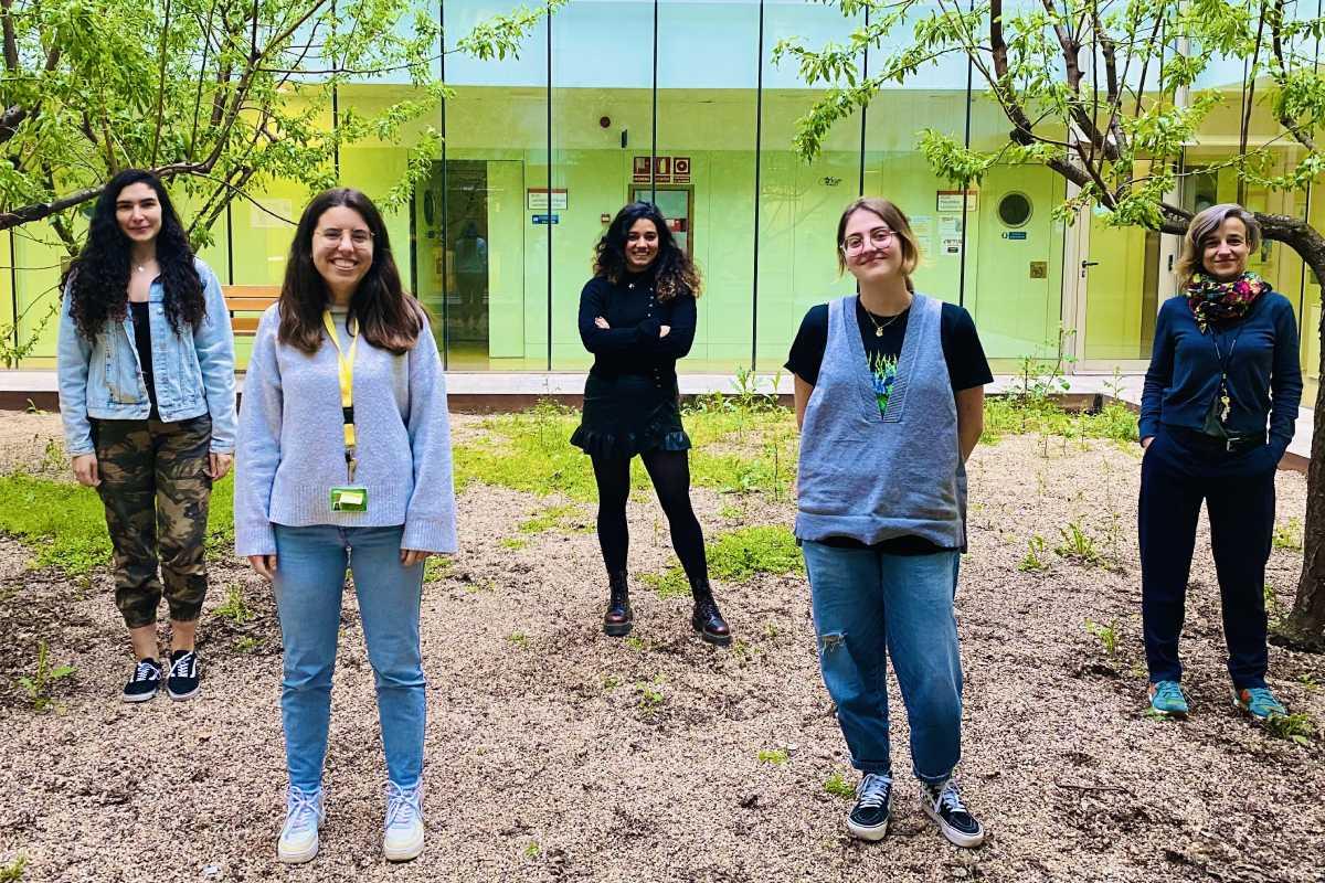 De derecha a izquierda, la coordinadora del grupo, Aurora Ruiz-Herrera, Lucía Álvarez, Covadonga Vara, Laia Marín y Cristina Marín. Foto: UAB