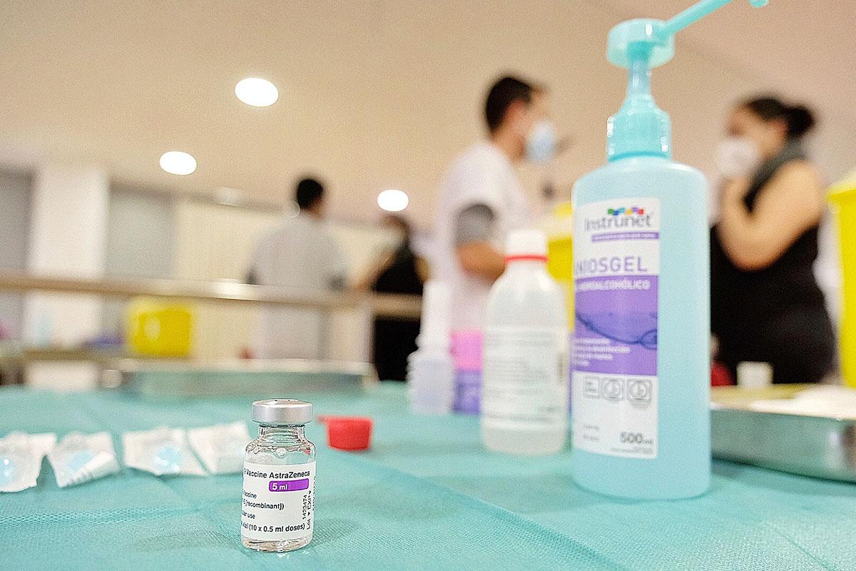 La farmacia critica la decisión sobre cómo completar la pauta de los menores de 60 años que ya recibieron AstraZeneca.