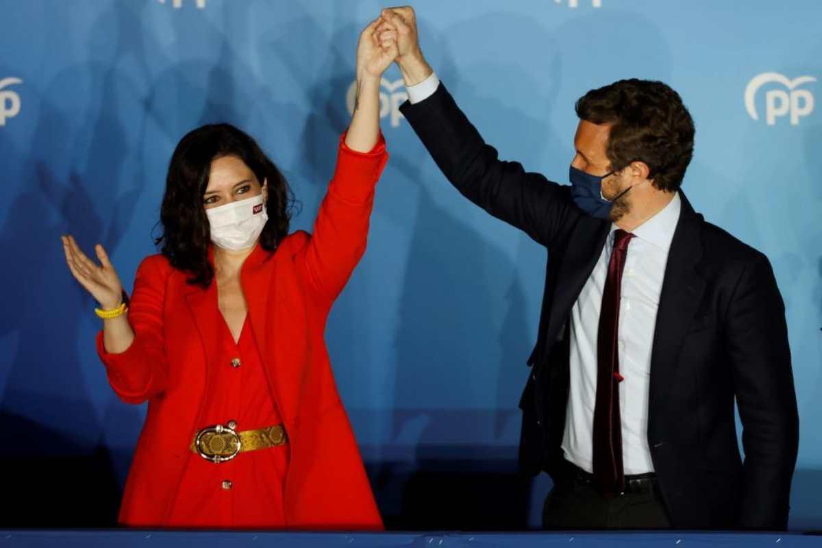 La presidenta de la Comunidad de Madrid y candidata por el Partido Popular a la reelección, Isabel D�az Ayuso, acompañada por el presidente del partido Pablo Casado, hoy martes en la sede del partido en la calle Génova. (FOTO: EFE/Mariscal)
