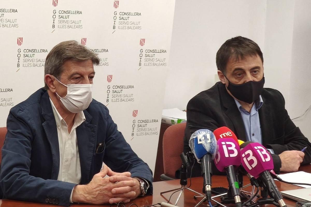 Antoni Real, presidente del COF de Baleares, junto a Manuel Palomino, director de Gestión y Presupuestos del Servicio Balear de Salud, en la presentación de la iniciativa.