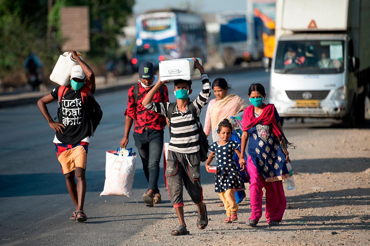 Una familia camina por las calles de Bombay cuando el país está pasando por la segunda ola de la pandemia.