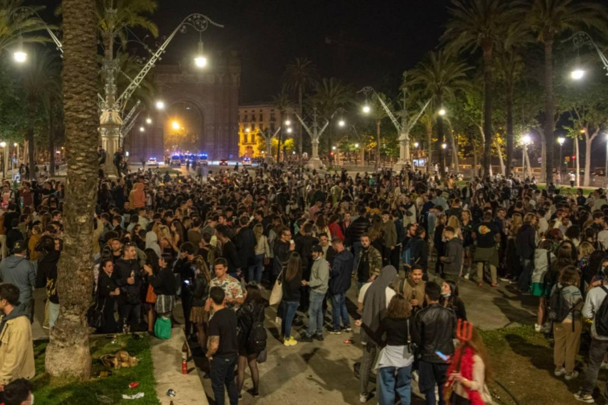 Botellón de jóvenes en la calle tras el fin del estado de alarma, en la noche del 9 al 10 de mayo.
