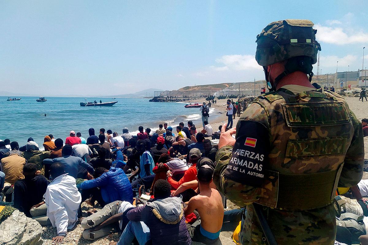 Playa del Tarajal, en Ceuta, adonde están llegando los inmigrantes marroquíes y donde están desplegadas las Fuerzas Armadas. /EFE