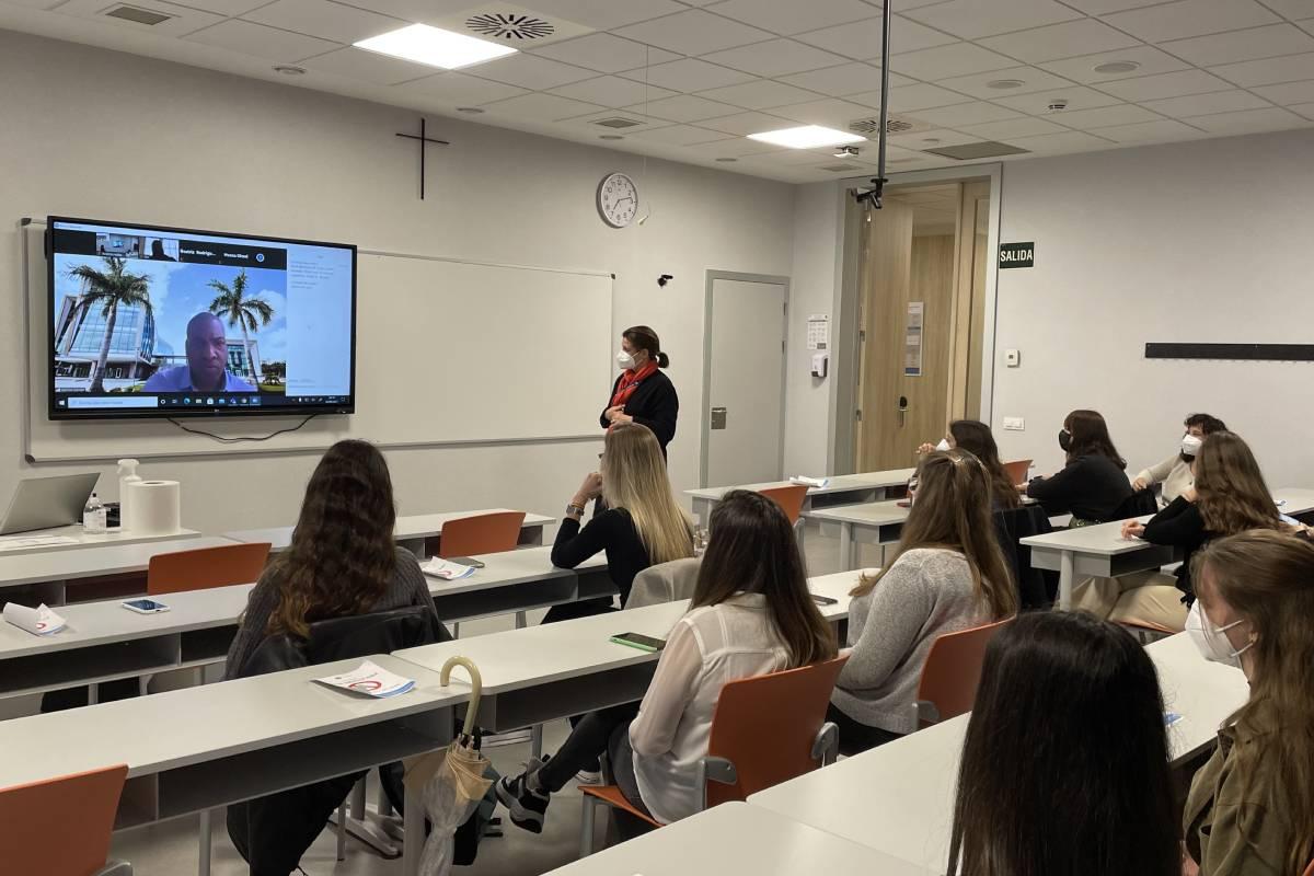 La profesora Beatriz Rodríguez, vicedecana de Enfermería de la CEU-UCH y coordinadora de la actividad, con los alumnos en una de las sesiones.