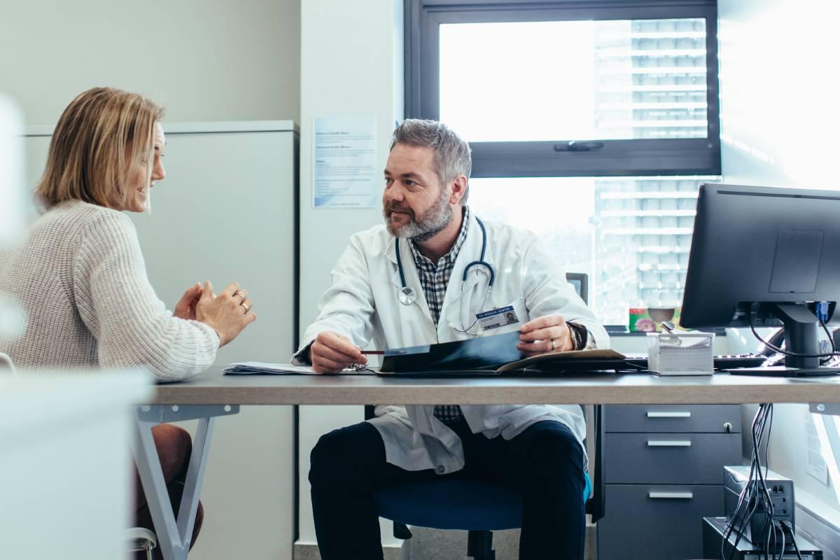 EL médico de familia hace seguimiento del paciente en el seno de su familia.
